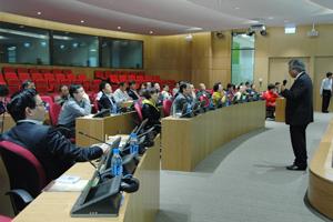 三十三位訪問團代表參加講座。