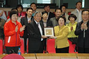 訪問團代表向劉教授致送紀念品。