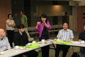 澳門大學傳播系系主任林玉鳳教授介紹系內教職員