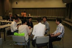 胡何鳳君教授與技術主任伍耀宗先生分享設置電視錄影廠的經驗