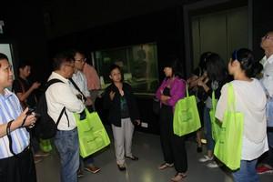 胡何鳳君教授向澳門大學代表介紹電視錄影廠