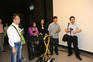 傳播學院院長曹虹教授介紹電視錄影廠環境及設備
