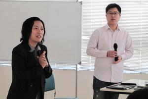 張美鳳博士向同學介紹嘉賓講者李浩榮先生