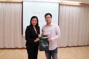 傳播學院院長曹虹教授致送紀念品予嘉賓講者李浩榮先生