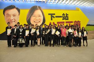 同學們在參觀蔡英文競選總部時與志工合照