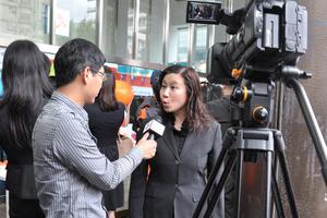 曹虹院長在馬英九競選總部門外接受台灣當地媒體訪問