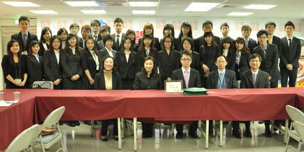 同學與馬英九競選總部國際事務部副總監甘逸驊博士(前排右二)於座談會後合照