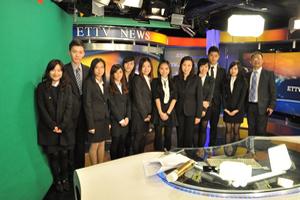 同學參訪東森電視台時與副總經理歐陽劭瑋合照(右一)