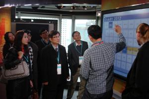 彭博人員介紹錄影棚的觸控式螢幕 1