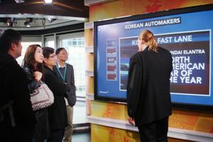 彭博人員介紹錄影棚的觸控式螢幕 2