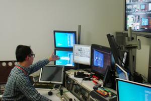 彭博人員介紹製作室的設備儀器 1