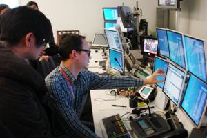 彭博人員介紹製作室的設備儀器 2