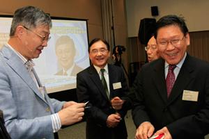 講座開始前施永青先生(左一)與方梓勳教授(右一) 暢談