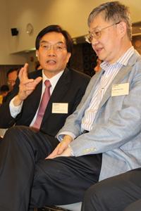 講座開始前崔康常校長(左一)與施永青先生(右一)暢談