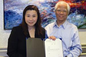 傳播學院院長曹虹教授(左一)頒送中文大學社會科學院院長李少南教授(右一)聘書