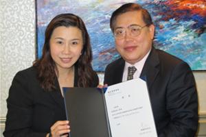 傳播學院院長曹虹教授(左一)頒送香港有線新聞有限公司執行董事趙應春先生(右一)聘書