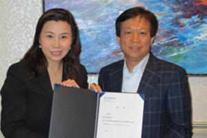 傳播學院院長曹虹教授(左一)頒送香港經濟日報集團執行董事陳早標先生(右一)聘書