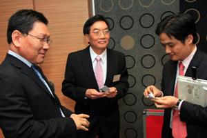 講座開始前方梓勳教授(左一)、崔康常校長(中) 與黃元山先生(右一)交流