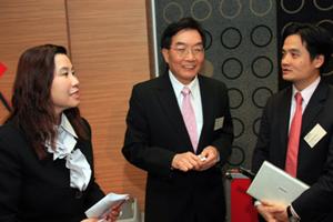 講座開始前曹虹教授(左一)、崔康常校長(中) 與黃元山先生(右一)交流