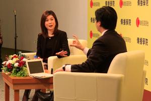 李燕芬小姐(左一)訪問黃元山先生對中國經濟增長的看法 1