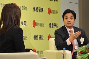 李燕芬小姐(左一)訪問黃元山先生對中國經濟增長的看法 2