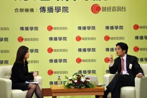 李燕芬小姐(左一)訪問黃元山先生對中國經濟增長的看法 3