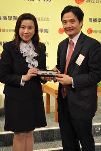 傳播學院院長曹虹教授(左一) 向黃元山先生(右一)致送紀念品