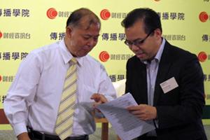 石鏡泉先生(左一)與顏寶剛先生(右一)於講座開始前交流