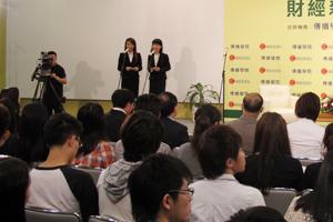 傳播學院的李雁齊同學與岳崢匯同學擔任司儀 1