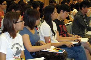 傳播學院的同學專心投入講座 2