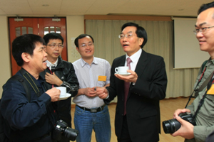 Dr Chui chatted with delegation members after the meeting