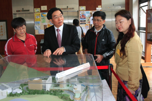 Dr Chui introduced the future campus development of HSMC to visitors