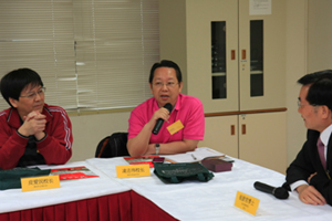 Mr Ling Zhi-wei, President of Songquan Secondary School inShenzhen raised a question at the meeting