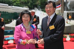 Dr Chui presented a souvenir to Mrs Leung