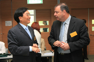 President Dr Chui Hong Sheung (left) chatted with representatives before the meeting