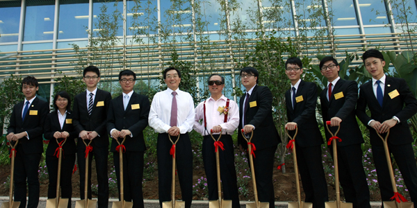 A group photo of Mr. Tam, Dr. Chui and student representatives