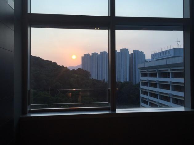 窗外 .窗內 .夕陽