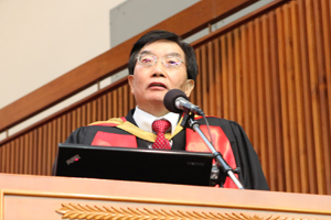 President Dr. Chui Hong Sheung addressed his warm welcome to the new students 1