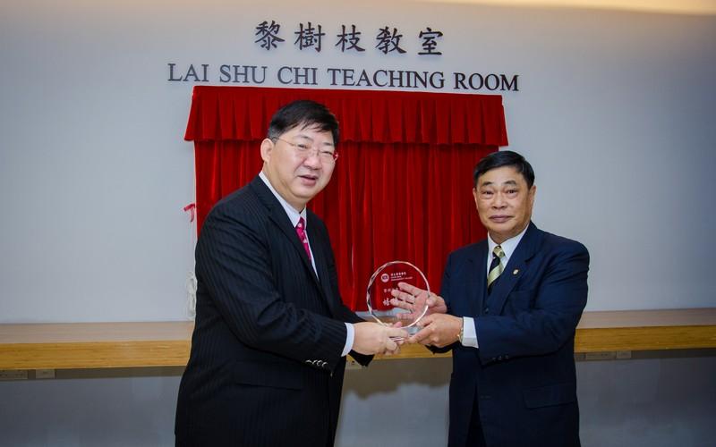 President Simon Ho presented a souvenir to Mr Lai Shu Chi