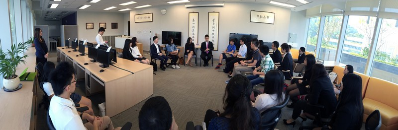 Mr Lau Ming Wai exchanged ideas on various topics with over 30 HSMC students from various disciplines