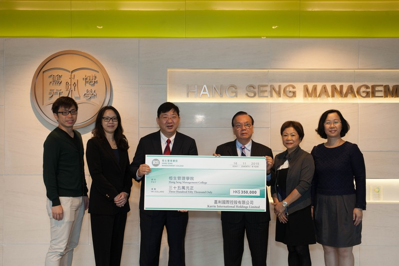 President Simon S M Ho (3rd from left) received a cheque of HK$350,000 from Dr Ho Cheuk Fai (3rd from right)