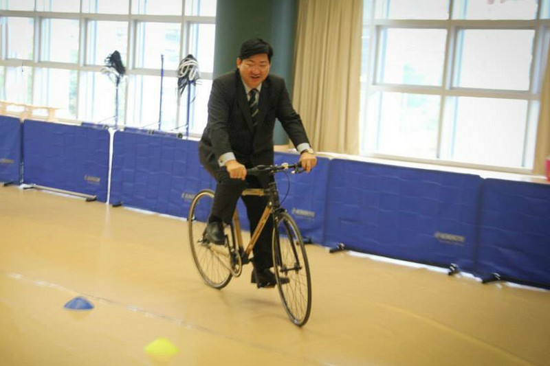 President Simon Ho tried out the bamboo bicycle at Sports Hall of Sports and Amenities Centre (Block B)