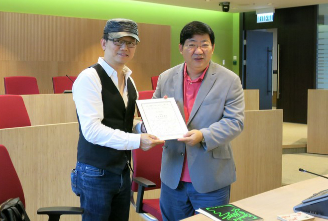 Alumni Mr Patrick Yuen presented the Appreciation Certificate to President Simon Ho