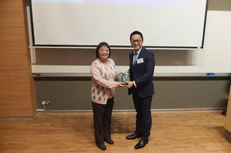 會計學系系主任黃若霞博士向香港安永會計師事務所稅務及商業顧問服務合夥人鄭傑燊先生致送紀念品