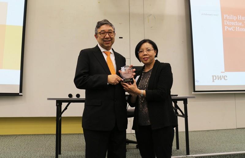 會計學系系副系主任郭玉嬋博士向洪宏德先生致送紀念品