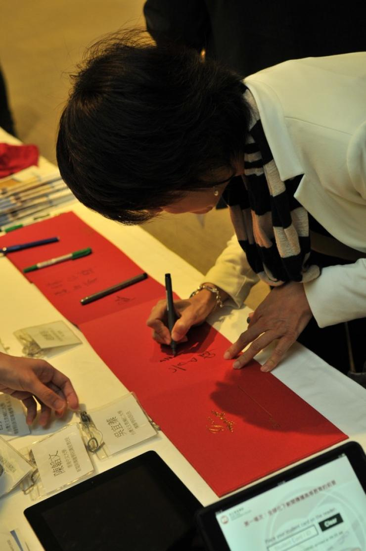 Honourable guests from Hong Kong, Mainland, and Taiwan signed on the guest book