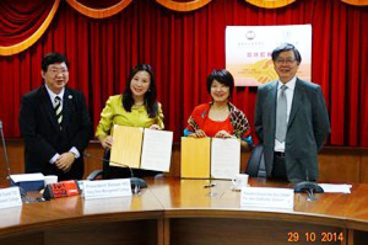 曹院長與輔仁大學傳播學院吳院長簽署兩院交流合作協議