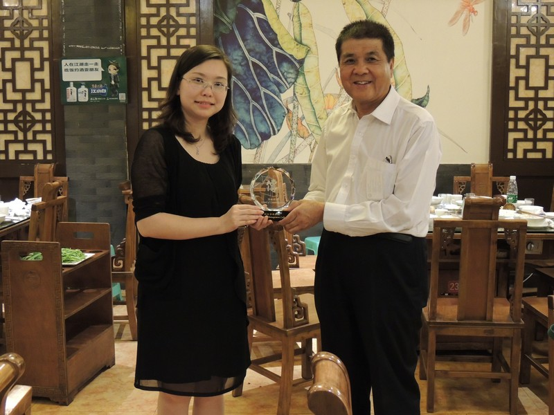 Dr Clio Wu presented souvenirs to Mr Han Jin, Director of Sichuan Changjiang Vocational College (left) and Professor Xu Ren Zhong, Vice President of Sichuan Changjiang Vocational College (right)