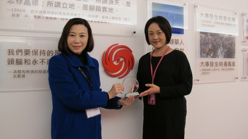 Dean Scarlet Tso, School of Communication (left) presented a souvenir to Ms Li Wei (right)