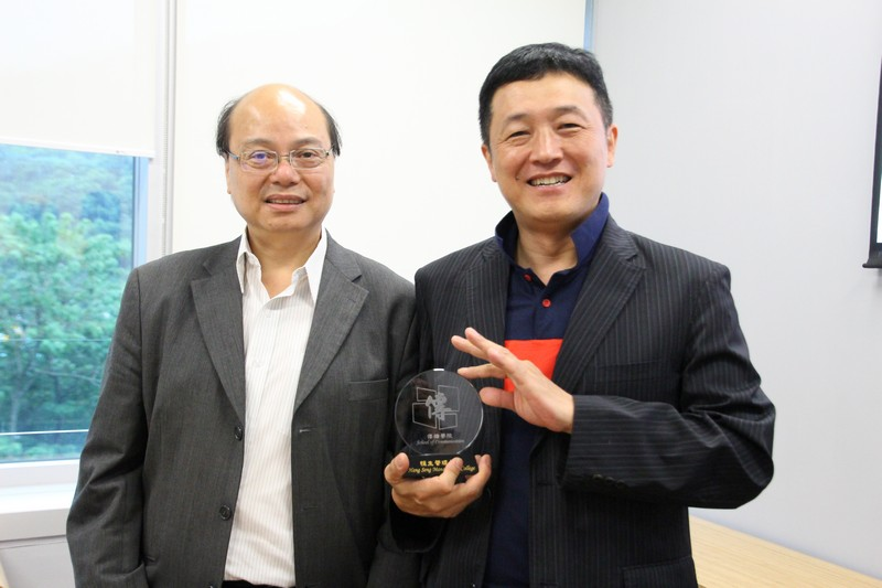 Professor Siu presented a souvenir to Professor Kim